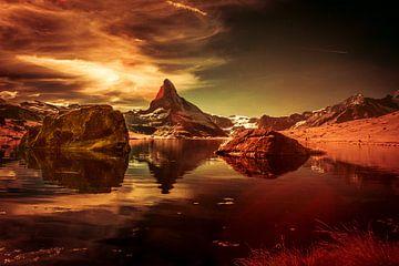 Das Matterhorn mit seinem Spiegelbild im Stellisee. von Ad Van Koppen