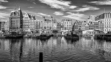 Het Damrak in Amsterdam. van Don Fonzarelli