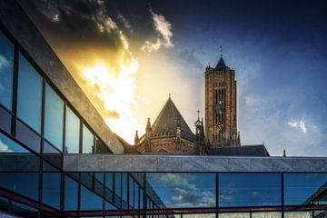 De Eusebiuskerk achter het stadhuis van Arnhem tijdens zonsondergang van Bart Ros