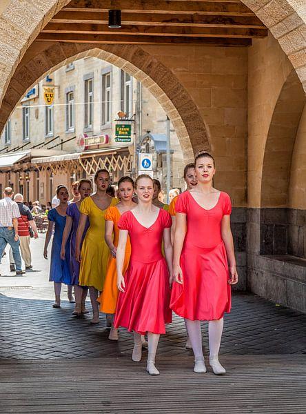 Danseressen tijdens het Vestingsfeest in Valkenburg van John Kreukniet