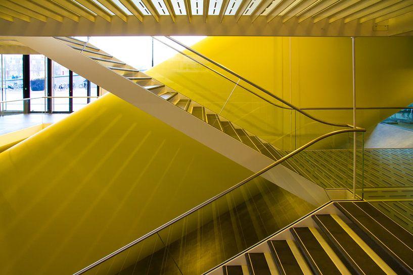 Gele reflecties in trappenhuis van Stedelijk Museum van Erwin Blekkenhorst