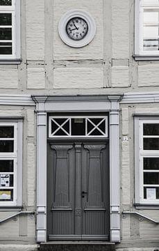Dunkle Tür in hellem Gebäude von Laurenz Heymann