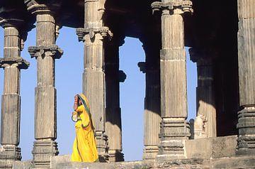 Vrouw in geel voor tempel. van Dick Termond