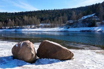 Twee rotsen voor een mooie rivier met sneeuw en ijs in de winter van creativcontent