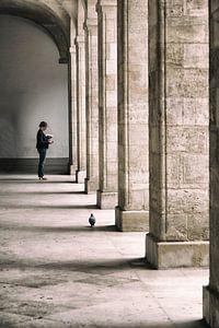 Dame met duif in Bordeaux