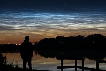 Lichtende nachtwolken tijdens midzomernacht van Menno van der Haven