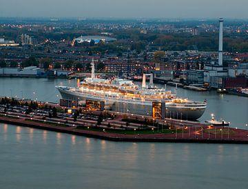 SS Rotterdam in de avond van