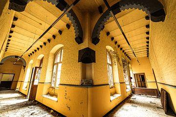 Korridor eines alten Klosters von Twan Thimister