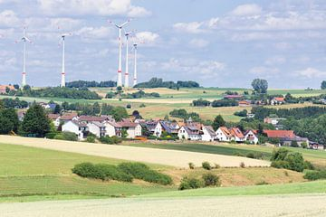 Deutsch Dorflandschaft mit Windmühlen und blauen Himmel mit weißen Wolken von Ben Schonewille