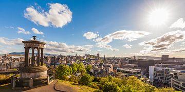 Uitzicht vanaf Calton Hill over Edinburgh van Werner Dieterich