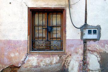Pittoresk raam in oud roze gevel Astorga van