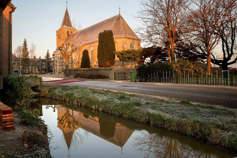 Hervormde Kerk Goudriaan in de ochtend. van Peter Verheijen