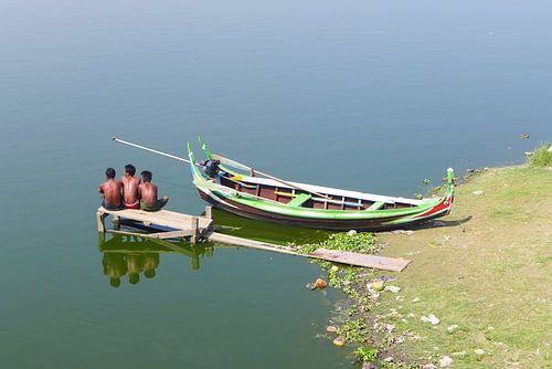 Jongens op een steiger bij een boot in Azië van