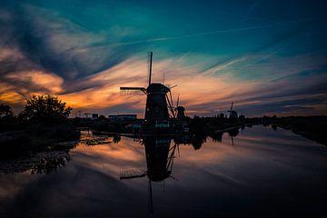 Molen silhouet tijdens zonsondergang in Kinderdijk van Schram Fotografie