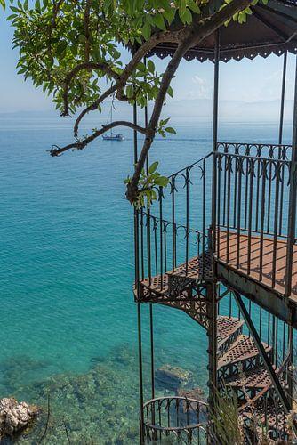 Oude trap naar de zee op Corfu van