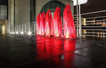 Vijf rode sculpturen op de weg in de regeringswijk van Berlijn