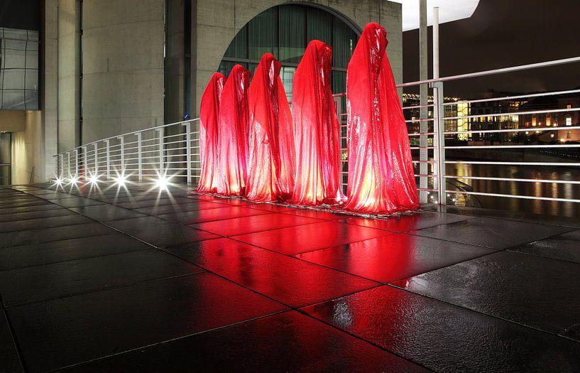 Vijf rode sculpturen op de weg in de regeringswijk van Berlijn van Frank Herrmann