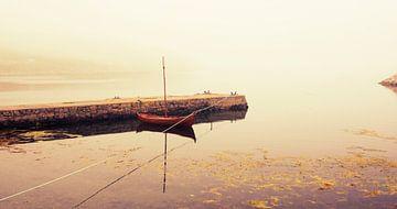 Boot op het water in de mist, Shetland eilanden, Schotland van Sebastian Rollé - travel, nature & landscape photography