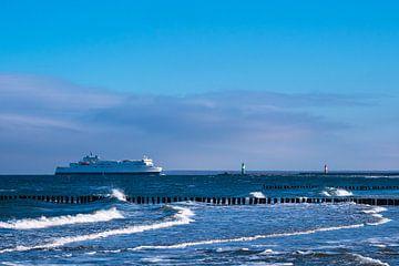Mole und Fährschiff an der Ostseeküste in Warnemünde von Rico Ködder