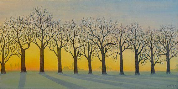 Bomenrij in de winter met opkomende zon. Acryl schilderij van Marlies Huijzer. van Martin Stevens