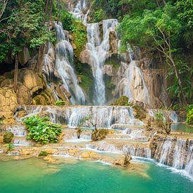 Prachtige waterval Kuang Si in het bos, Laos van Rietje Bulthuis