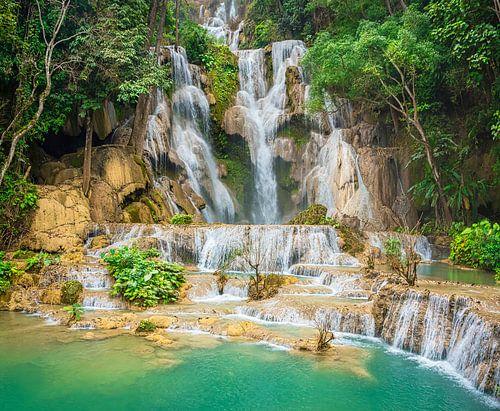 Prachtige waterval Kuang Si in het bos, Laos