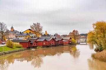 Landschap in plaats Porvo in Finland met houten huizen langs rivier van Ben Schonewille