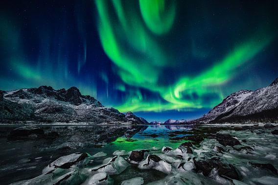 Noorderlicht boven bevroren Fjord - Vesterålen en Lofoten, Noorwegen van Martijn Smeets
