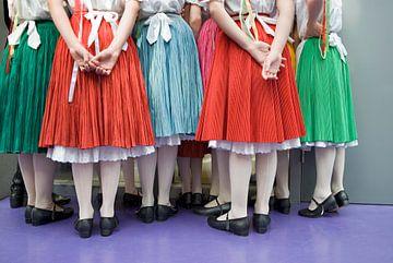 Meisjes in volksdans kleding van Herman van Ommen
