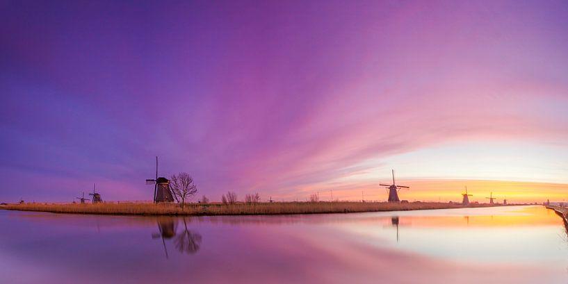 Panorama Kinderdijk tijdens zonsopkomst. van Jan Koppelaar