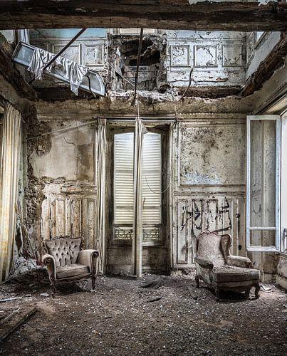 Stoelen in vervallen woonkamer van Inge van den Brande