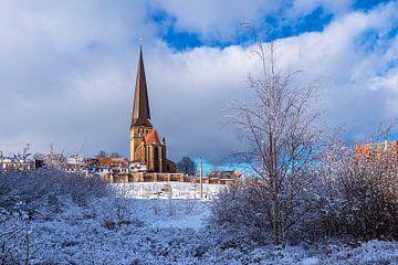 Gezicht op de Petrikirche in de winter in de Hanzestad Rostock van Rico Ködder