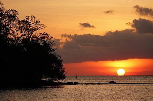Tropische zonsondergang op Beqa eiland in Fiji van