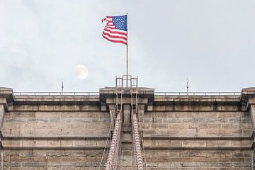 Brooklyn Bridge New York mit Amerikanische Flagge und Mond
