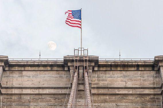 Brooklyn Bridge met maan en Amerikaanse vlag van Wijnand Loven