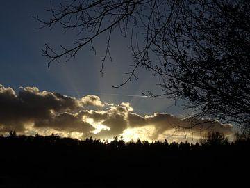Zonnestralen door de wolken van Elvira van Maldegem