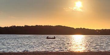 Ruderboot Silhouette in orangenem Sonnenuntergang