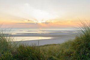 Zonsondergang op het strand vanuit de duinen