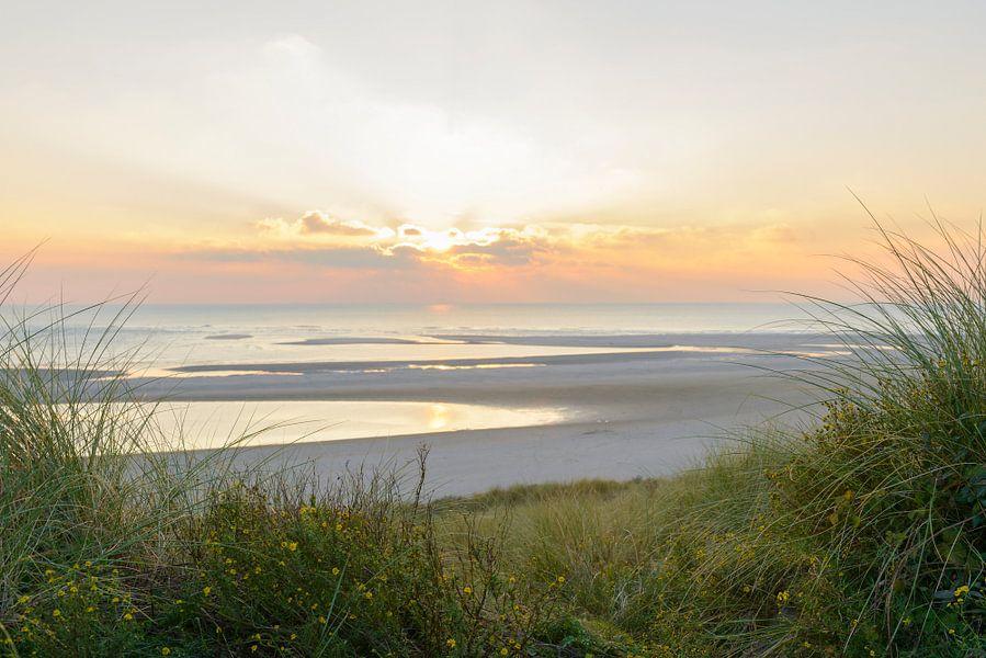 Zonsondergang op het strand vanuit de duinen van Sjoerd van der Wal