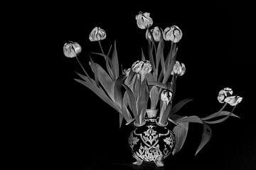Schwarz-Weiß-Stillleben von verwelkten roten Tulpen in einer Delfter Tulpenvase von WorldWidePhotoWeb