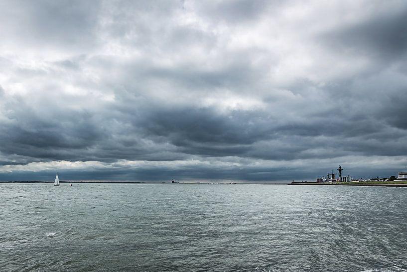 Vlissingen en de Westerschelde onder een donkere lucht van Fotografie Jeronimo