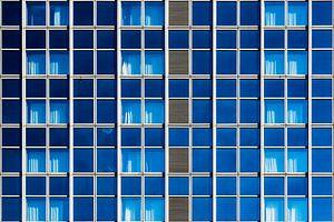 Gevel met blauwe ramen van