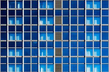 Gevel met blauwe ramen