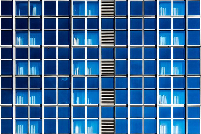 Gevel met blauwe ramen sur Maerten Prins