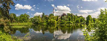 Weiher im Schloßpark von Bad Homburg mit weißem Turm Panorama van Christian Müringer