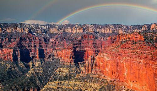 Grand Canyon, met regenboog, gezien vanuit de helikopter