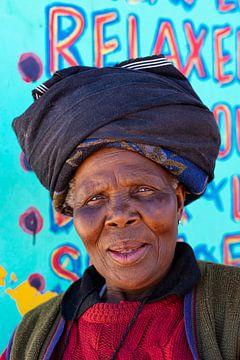 Farbenfrohes Porträt einer südafrikanischen Frau von Beeldpracht by Maaike
