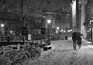 Romantisch koppel in de sneeuw in Utrecht van Jacco en Céline