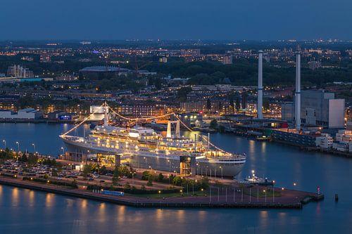 Het stoomschip ss Rotterdam in Rotterdam Katendrecht tijdens het blauwe uurtje