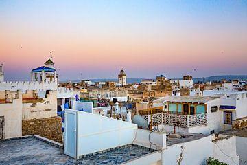 Uitzicht over de daken van de Marokkaanse stad Essaouira van Michiel Ton